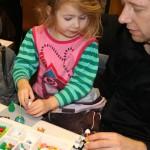 Far og datter i fuld gang med at bygge