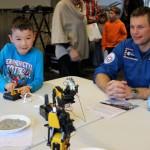 Andreas får demonstreret, hvordan man styrer en robotarm