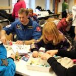 Andreas hjælper med at bygge rumstationer med LEGO